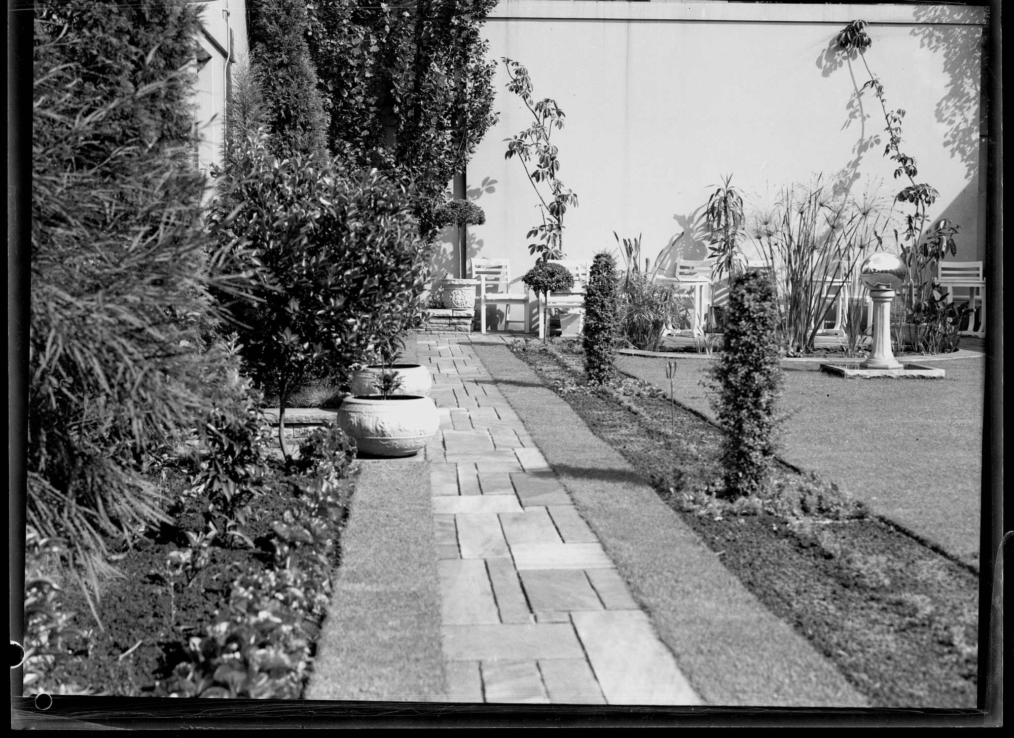 Flagged path along the edge of the roof garden of Feltex House, Sydney, April 1940 / Alan Evans