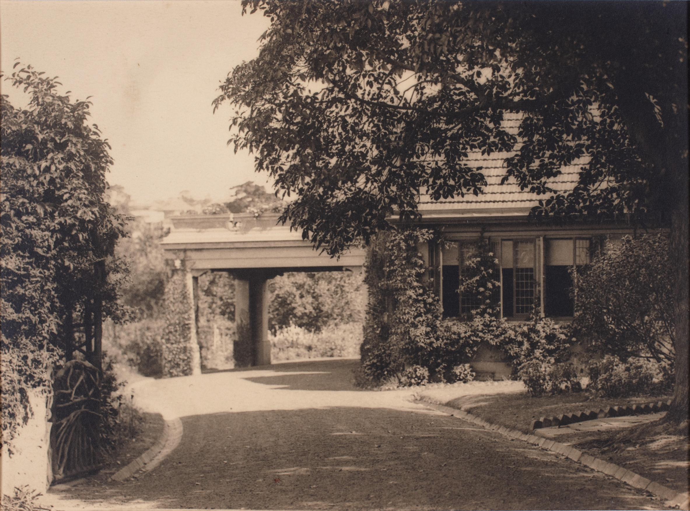 Approach to the porte-cochere at Brooksby, Ocean Avenue, Double Bay, Sydney, New South Wales, 1922 / Harold Cazneaux