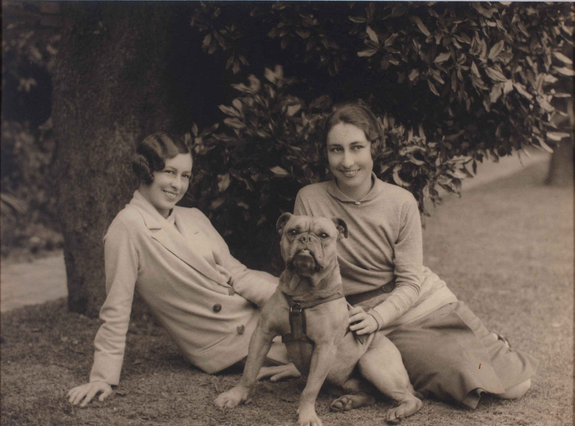 Claire Porter and Dorothy Porter with a bulldog named Jimmie Duval at Deepdene, Ocean Avenue, Double Bay, Sydney, New South Wales, 1924 / Harold Cazneaux